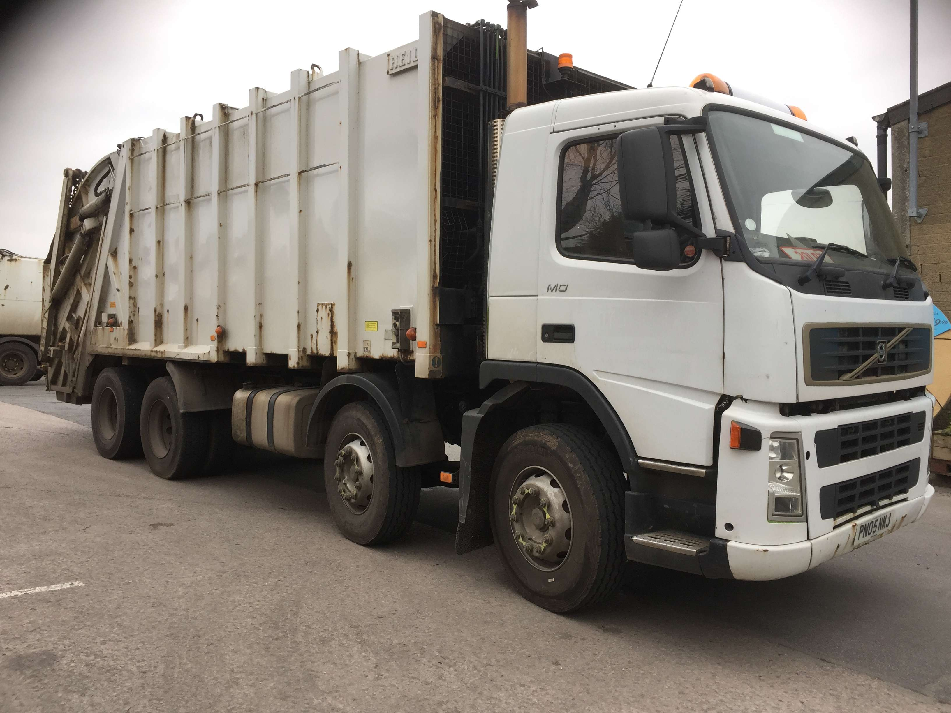 2005 Volvo FM12 340 8x4 rel for sale, Heil body, Trade binlift and skip arms
