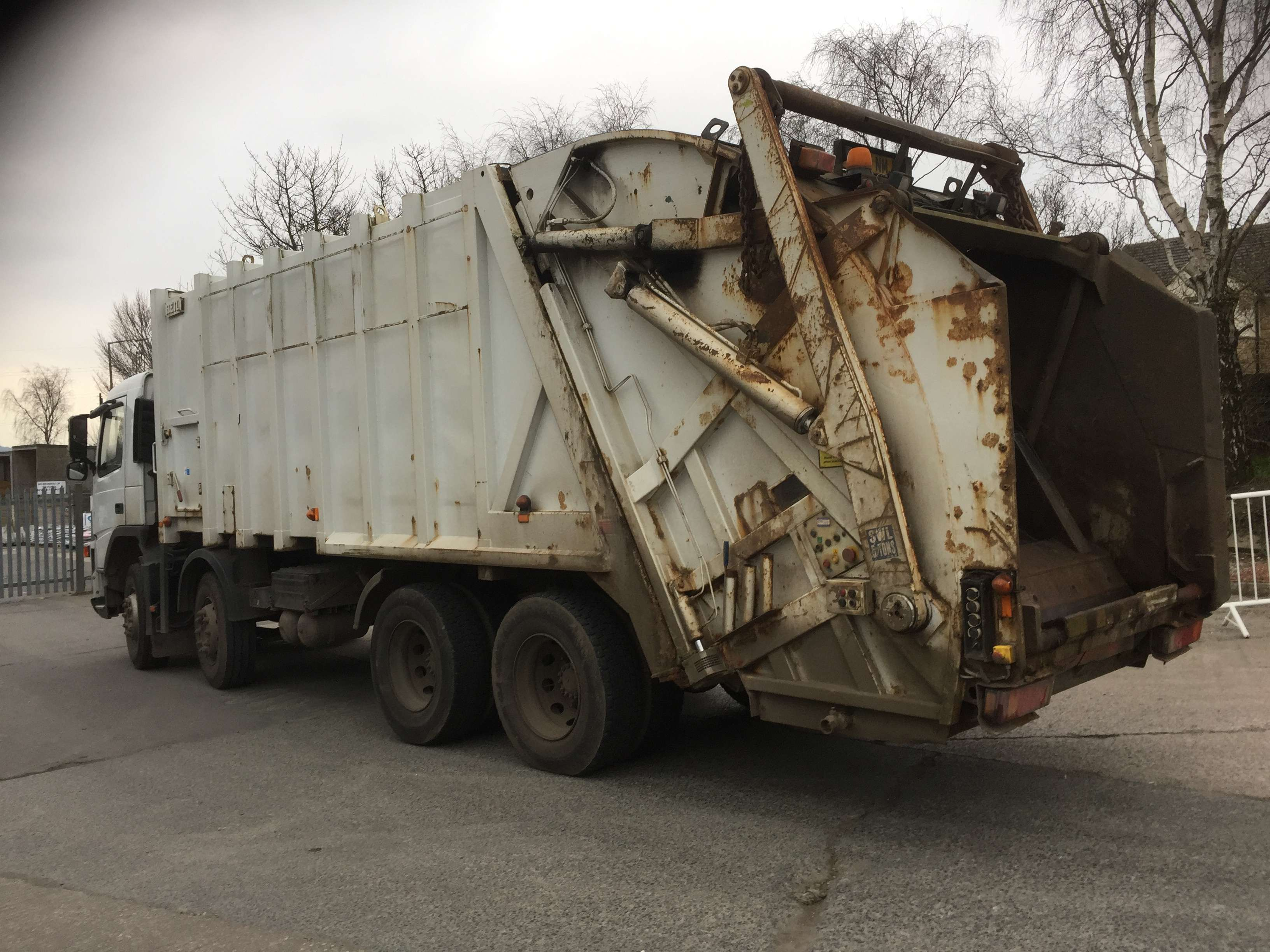 2005 Volvo FM12 340 8x4 rel for sale, Heil body, Trade binlift and skip arms 3