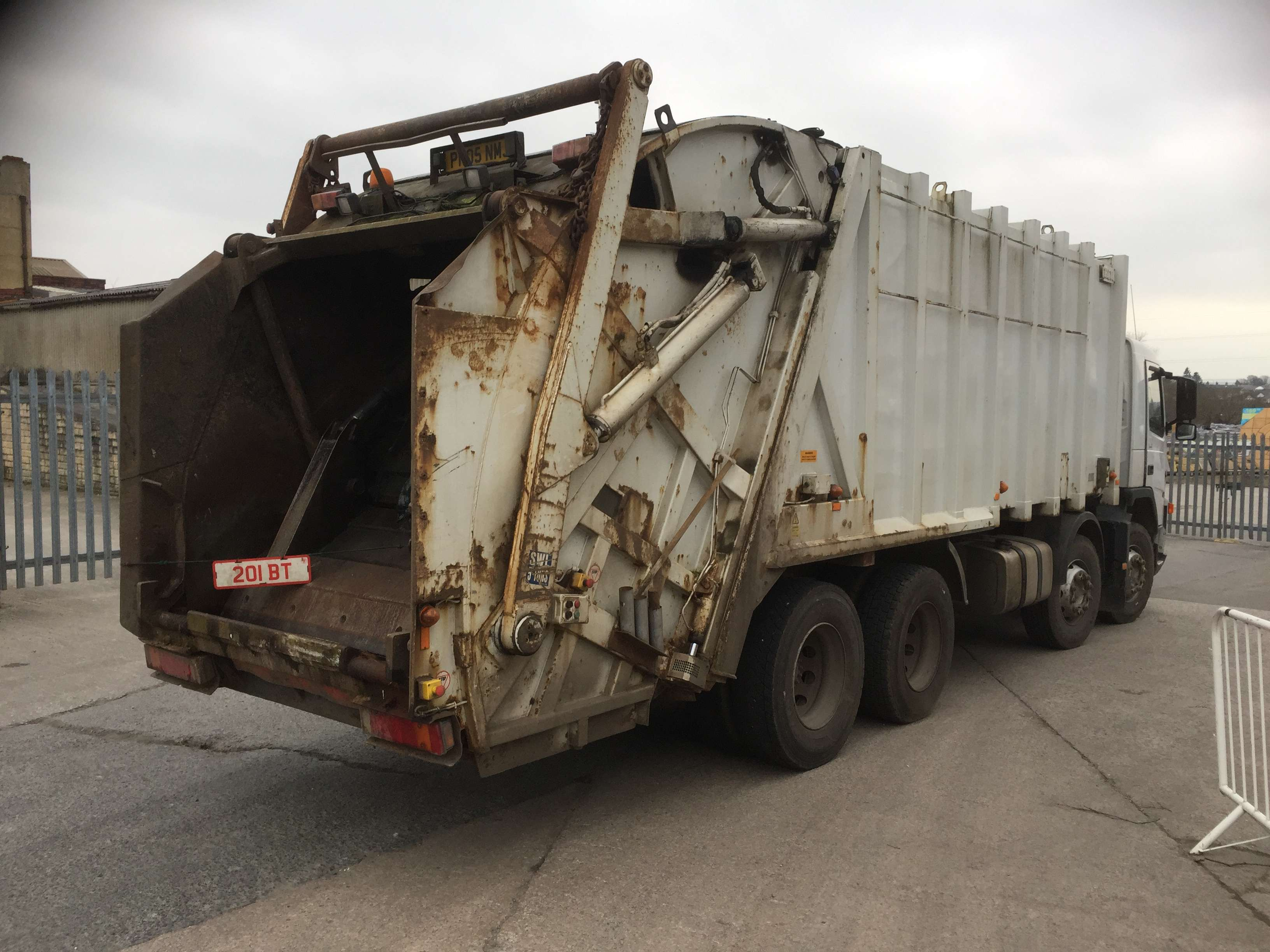 2005 Volvo FM12 340 8x4 rel for sale, Heil body, Trade binlift and skip arms 4